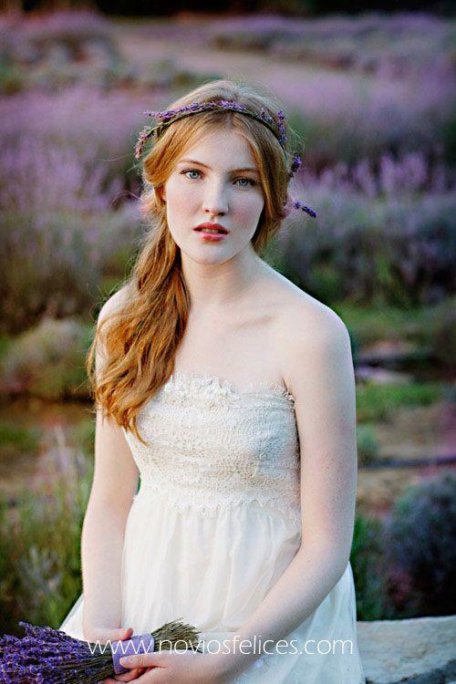 Novia con romántica corona de flores de lavanda